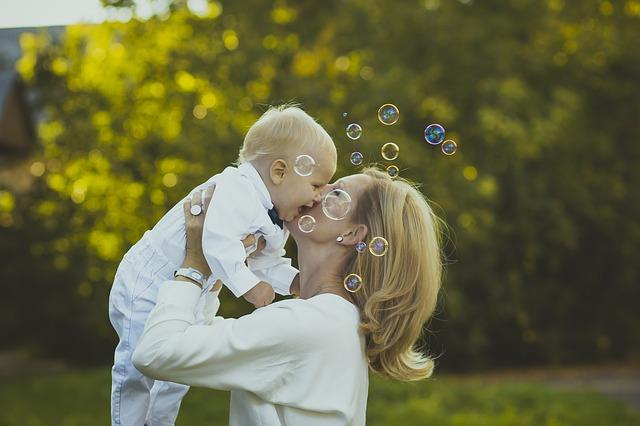 smějící se maminka s dítětem.jpg