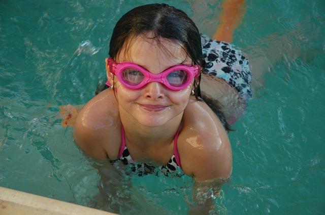 děvče a ochranné brýle