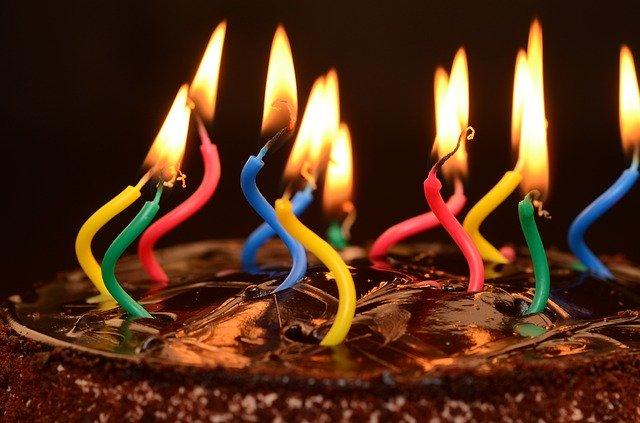 narozeninový dort s prskavkou