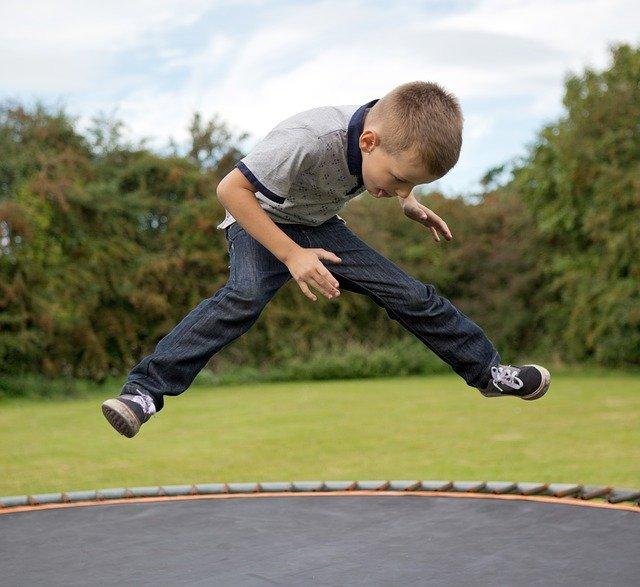 chlapec skákající na trampolíně