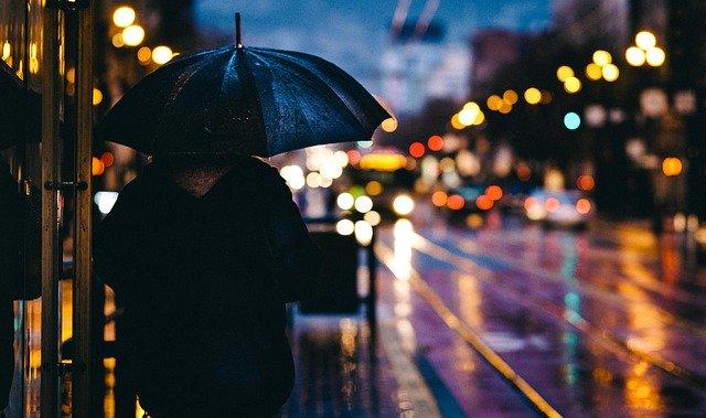 osoba držící černý deštník