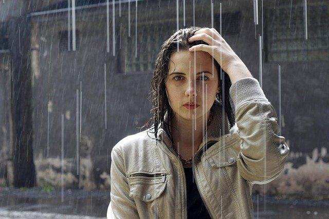 žena v dešti