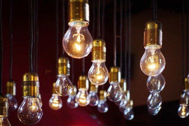 spousta visících rozsvícených žárovek